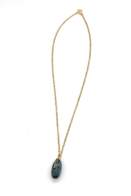 Cadena en acero dorado, elaborada con piedra natural y alambrismo. Complemento ideal para tu Outfit.