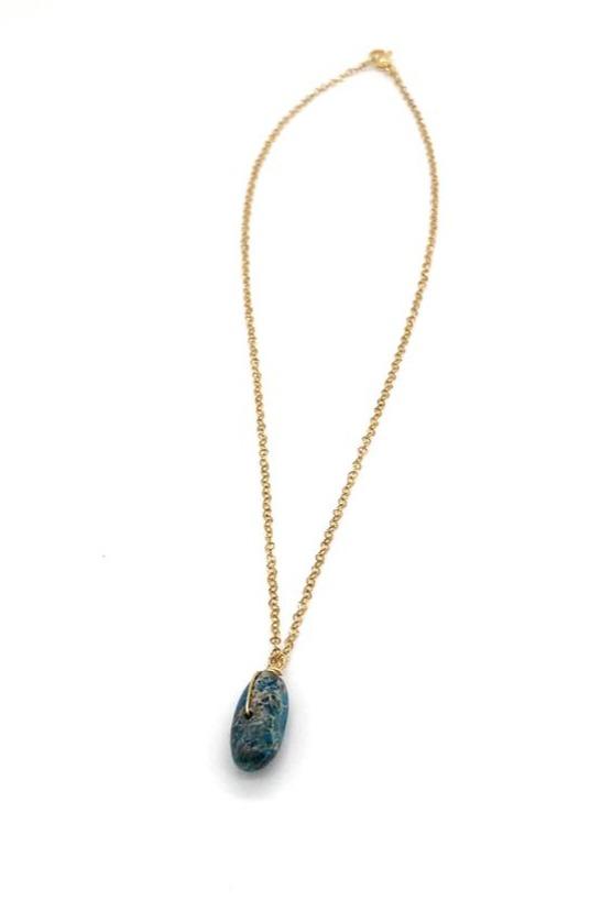 Shoker elaborado con cadena en acero dorado, piedra natural y alambrismo.