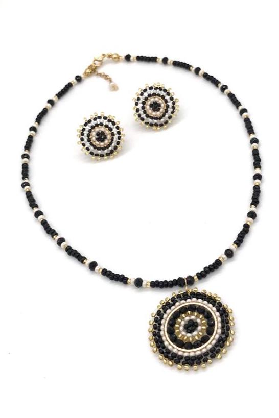 Collares elaborados con técnica peyote hecho a mano, cristales y mostacillas Checas,  herrajes en goldfield y acero dorados.
